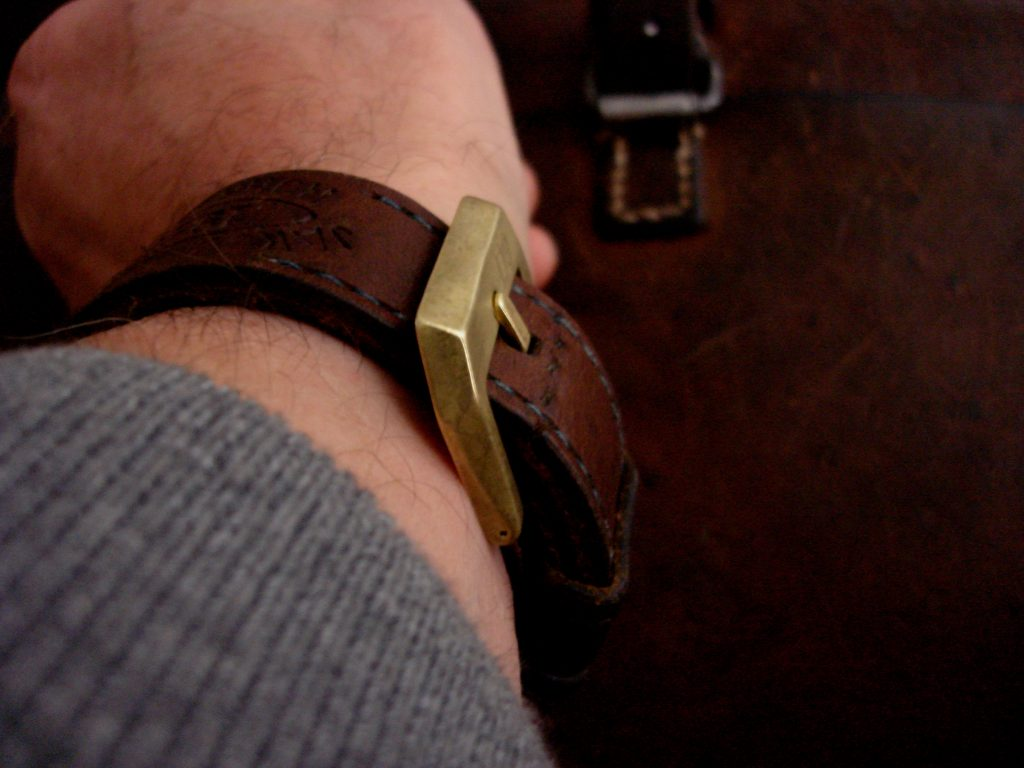 24mm 'D9' Logo Bronze 'Knife-edge' style Buckles: Low profile on wrist