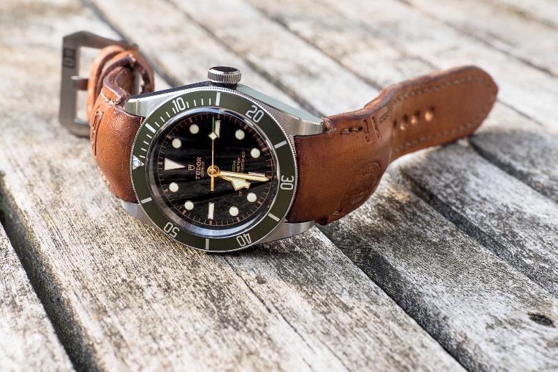 Tudor Black Bay am Uhrenarmband aus Schweizer Patronentasche mit vollständig integrierter Passform